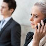 fechar o retrato da empresária telefone inteligente — Foto Stock