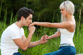 парень целует девочек руку на открытом воздухе. — Стоковое фото