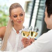 Söta par gör en toast med vitt vin, — Stockfoto