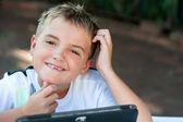 Młody chłopak studentów dotykać podbródka. — Zdjęcie stockowe