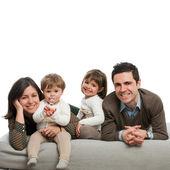 Retrato de família feliz, deitado no sofá. — Foto Stock