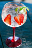 Gin tonic with strawberries. — Stock Photo