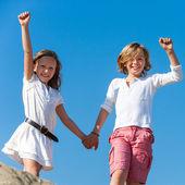 Dois meninos felizes, levantando as mãos ao ar livre. — Foto Stock