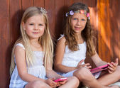 Portrait of youngsters with tablet and smart phone. — Stock Photo