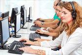 Genç iş adamları bilgisayarlarda çalışma. — Stok fotoğraf