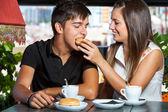 Casal brincando no café da manhã. — Foto Stock