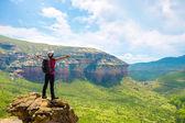 Tourist contemplating mountain view. — Stock fotografie