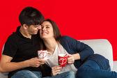 Tatlı çift kanepede kahve içme. — Stok fotoğraf