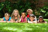 Heterogene gruppe von kindern zusammen im garten. — Stockfoto