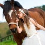bir öpücük at veren kız — Stok fotoğraf #46225541