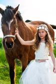 девушка в белом платье ведущих лошади. — Стоковое фото