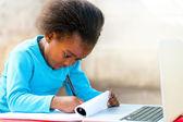 Weinig afrikaanse student huiswerk. — Stockfoto