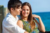 Süßes Mädchen mit jungen am Strand — Stockfoto