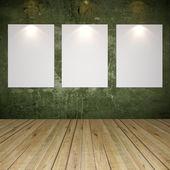 Vit duk på grön grunge konsistens vägg — Stockfoto
