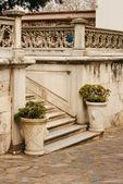 Dwa wazony atique w pobliżu marmur staicase w topcapi pałacu, ortakoy — Zdjęcie stockowe