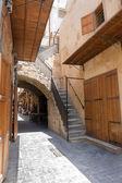 Calle antigua con el arco de piedra arenisca y puertas de madera cerradas en downtow — Foto de Stock