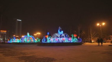 克拉斯诺雅斯克冬天光喷泉在晚上 01 — 图库视频影像