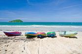 Colourful kayaks on the beach — Stock Photo