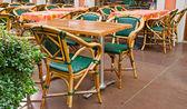 Café terras met tafels en stoelen — Stockfoto