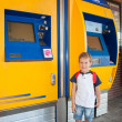 Little boy at train station — Stockfoto