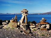 Geleneksel atlantik sahil kıyısında taş yığınları — Stok fotoğraf