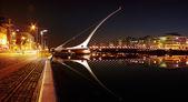 Wgląd nocy samuel beckett most w centrum Dublina — Zdjęcie stockowe
