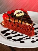 Rebanada de pastel de terciopelo rojo — Foto de Stock