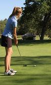 把家里的女性青少年高尔夫球手 — 图库照片