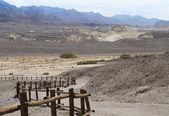 曲がりくねったログ フェンス 2 砂漠の道 — ストック写真