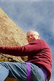 Skalnatý útes visí starší muž 2 — Stock fotografie