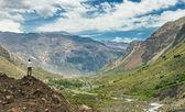 Hombre explora el horizonte en las montañas — Foto de Stock