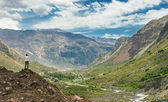Homem explora o horizonte nas montanhas — Foto Stock