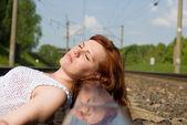 Bella ragazza sdraiata sui binari — Foto Stock