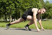 Guy athlete starts — Stock Photo