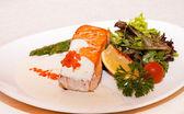 красная рыба с салатом — Стоковое фото