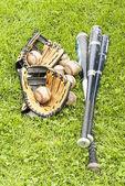équipement de baseball sur l'herbe — Photo
