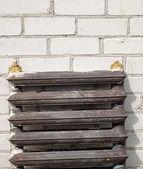 Old rusty radiator against a brick wall — Zdjęcie stockowe