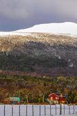 白雪皑皑的农舍 — 图库照片