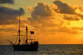 Nascer do sol sobre um navio pirata — Fotografia Stock