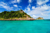 Green Island in Turquoise Water — Stock Photo