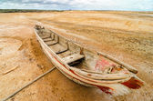 Vieja canoa en un desierto — Foto de Stock