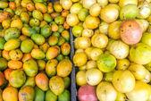 Frutta fresca in un mercato — Foto Stock