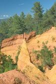 Ocres rocas cerca de roussillon (provenza, sur de francia) — Foto de Stock