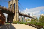 公园与布鲁克林桥附近的长椅 — 图库照片