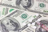 Siringa e pillole. noi di dollari sullo sfondo. — Foto Stock