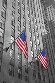 Dos banderas americanas con el fondo de rascacielos — Foto de Stock