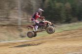 Динамический выстрел прыжка молодой гонщик — Стоковое фото