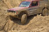 Amerikaanse auto in mudsdy terrein — Stockfoto