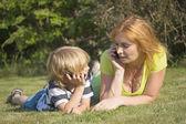 Madre e hijo están llamando al aire libre. — Foto de Stock