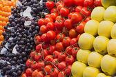 äpplen, tomater och vindruvor på marknaden — Stockfoto